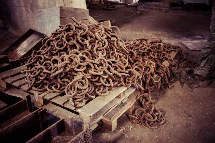 brown chains on wooden palette